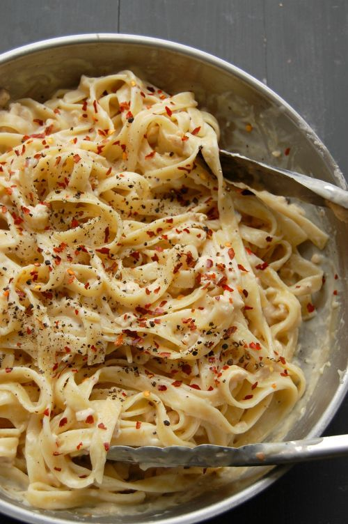 Creamy dreamy yet skinny Chicken fettuccine in a delicious whiskey & gouda cheese http://sauce.NaiveCookCooks.com