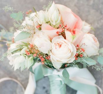 Glitzy Secrets shows you how to embrace the prettiness of a mint and peach colour scheme for a Spring or Summer wedding. A simply divine bridal choice.