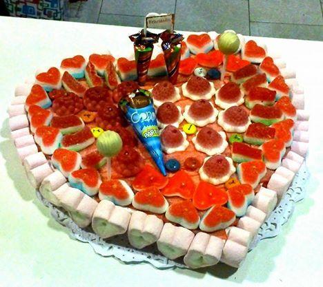 Tarta en forma de corazón con paraguas de chocolate y helado de chocolate con lacasitos.