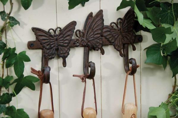 Antik barna öntöttvas fali akasztó hármas pillangó mintával. Alkalmas előszobába kabátoknak, vagy a kertbe szerszámok felakasztására is.