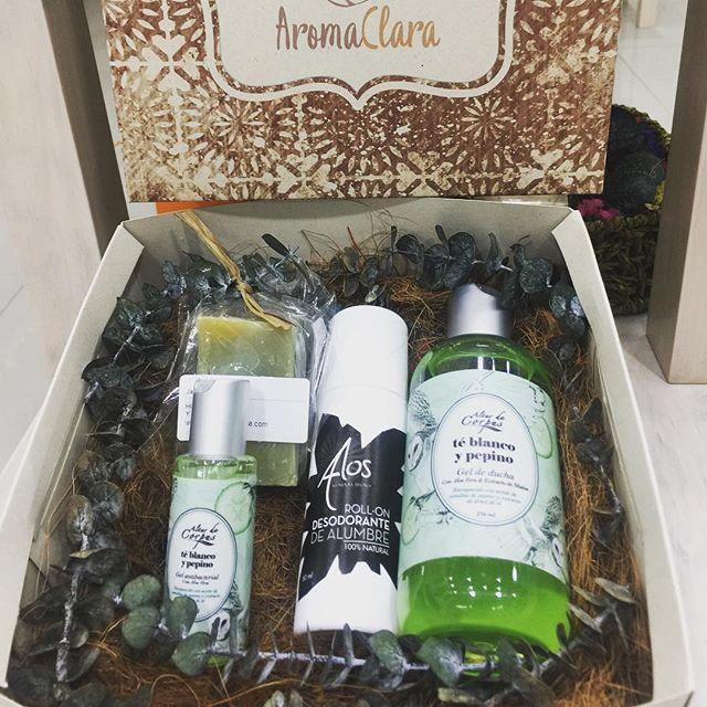 Ya empezamos a pensar en los regalos para papá! Que tal un jabon liquido de te blanco y pepino, con su gel antibacterial, un jabon de afeitar a base de aceite de oliva lavanda y menta y un roll on desodorante 100% natural de alumbre que ademas de acabar con la bacteria del mal olor disminuye la sudoracion! Kit completo en @aromaclara ! #aromas #natural #bienestar #diadelpadre2017