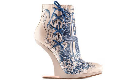 Jean Paul Gaultier nos trae estos botines con cordones laterales y grabados de un dragón, un estilo de influencia asiática.