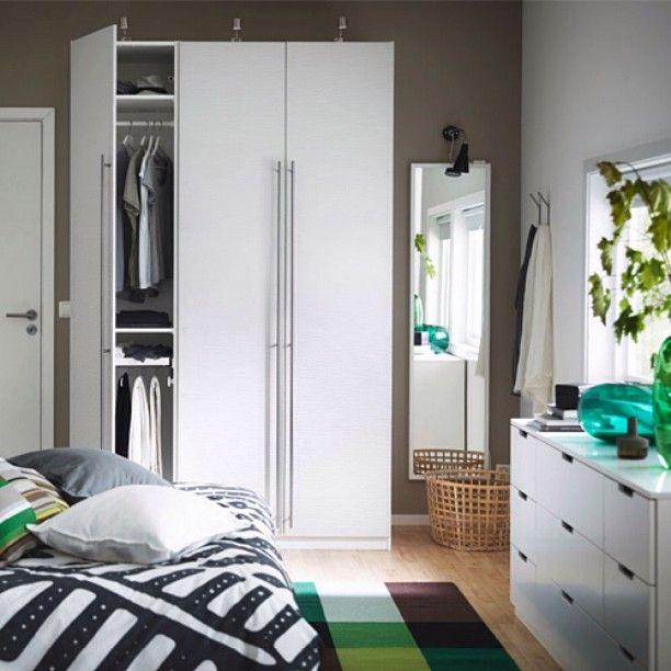 Garderobetips: Heng eller legg plaggene du bruker mest i øyehøyde. Ikke bare sparer du tid om morgenen du slipper også å skape unødvendig rot når du leter etter favorittgenseren.  #IKEA #IKEAinspirasjon #PAX #garderobeskap #LANSA #håndtak #NORDLI #kommode by ikeanorge