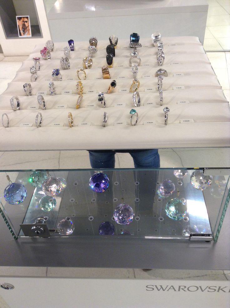 Swarovski ringen in deze store is een andere manier van presenteren maar wel een goede manier. Ringen hangen vast aan Swarovski ballen en kunnen dus niet meegenomen worden. Eenvoudige en mooie presentatie, prijzen moeten aan de verkoper gevraagd worden.