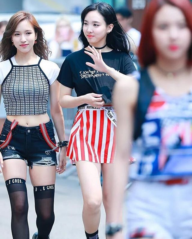 Awas minggir2 ada preman Cantik mau lewat ^0^  Mina berasa jdi pengawal nya nayeon hahahah swag abis pakaian nya ♡0♡  #TWICE #Nayeon #Mina #Minayeon