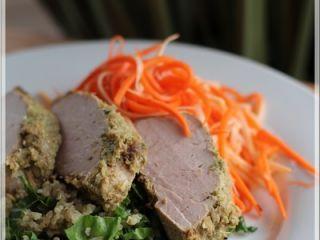 Filet de porc à la citronnelle et son sauté de quinoa, salade de carottes et panais