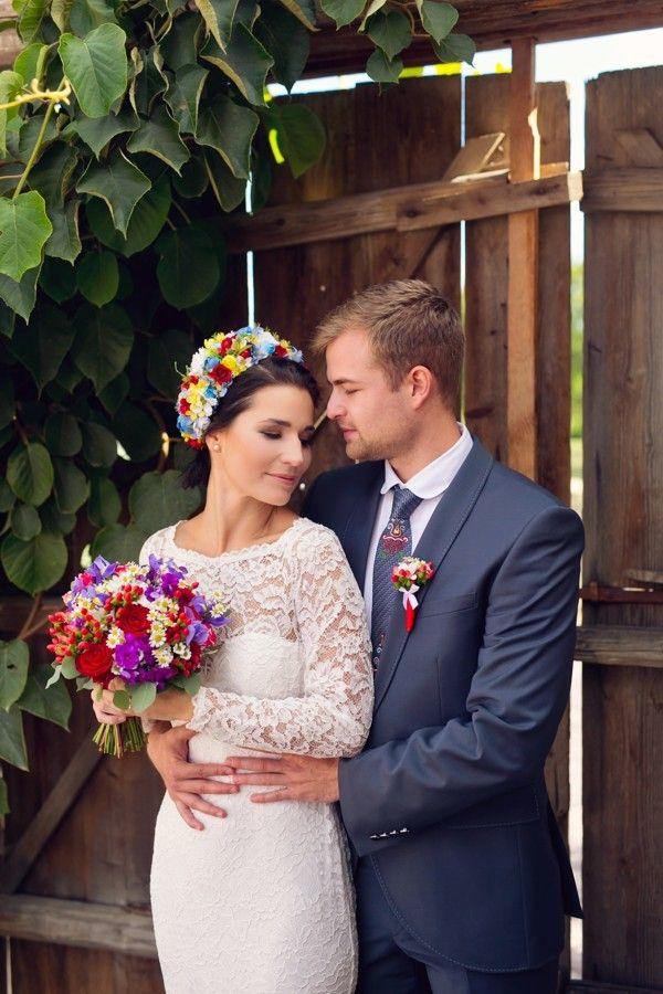Ženich a nevěsta vypadali zamilovaně na každém záběru. Byla je radost fotit. #svatebni #tradicnisvatba #folklor #svatba  #wedding