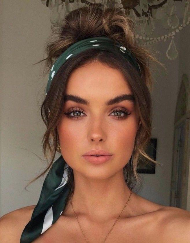 Chignon décoiffé avec un bandeau vert sapin et des poids blancs   Coiffure, Belle coiffure, Idée ...