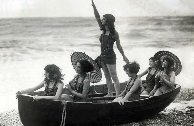 Fantastic vintage beach photos found here...