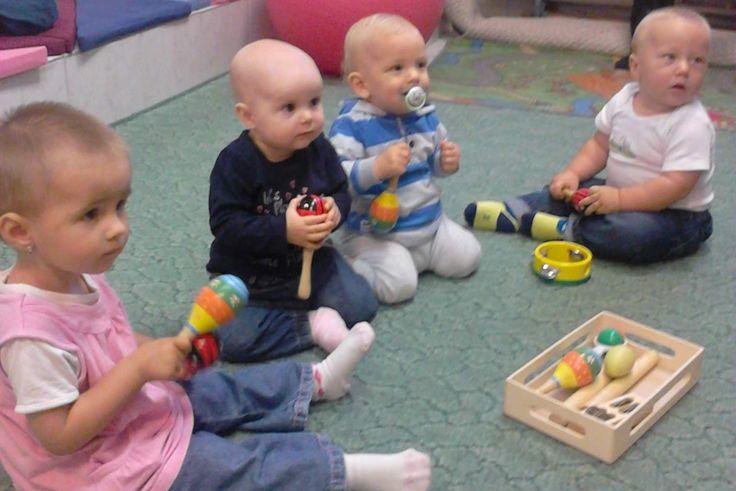 A babafoglalkozáson nagyon figyelnek a babák a pécsi rózsadombi mocorgóban.  Gyertek Ti is mocorgózni! Szerdánként: 09:15 órától a Pécs, Rózsadomb, Baptista épület játszószobájában.