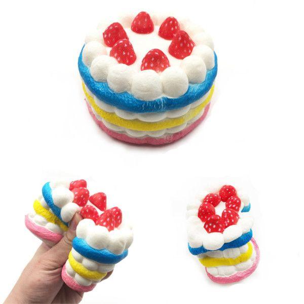 Torta squishy con fragole rosse; glassa bianca e all'esterno gialla e rosa
