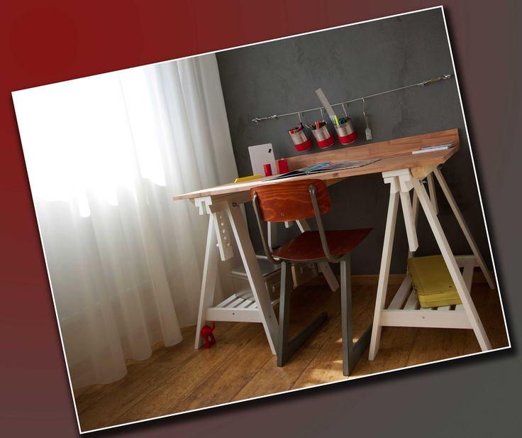 stoer bureau van houten schragen gemaakt