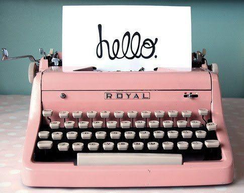 Maquina de escribir marca Royal, modelo antiguo color rosa de los 60.
