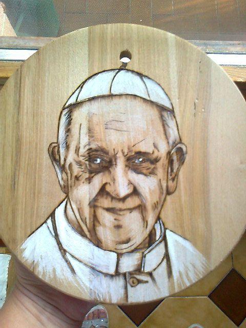 pirografia di papa Francesco su tondo con colore
