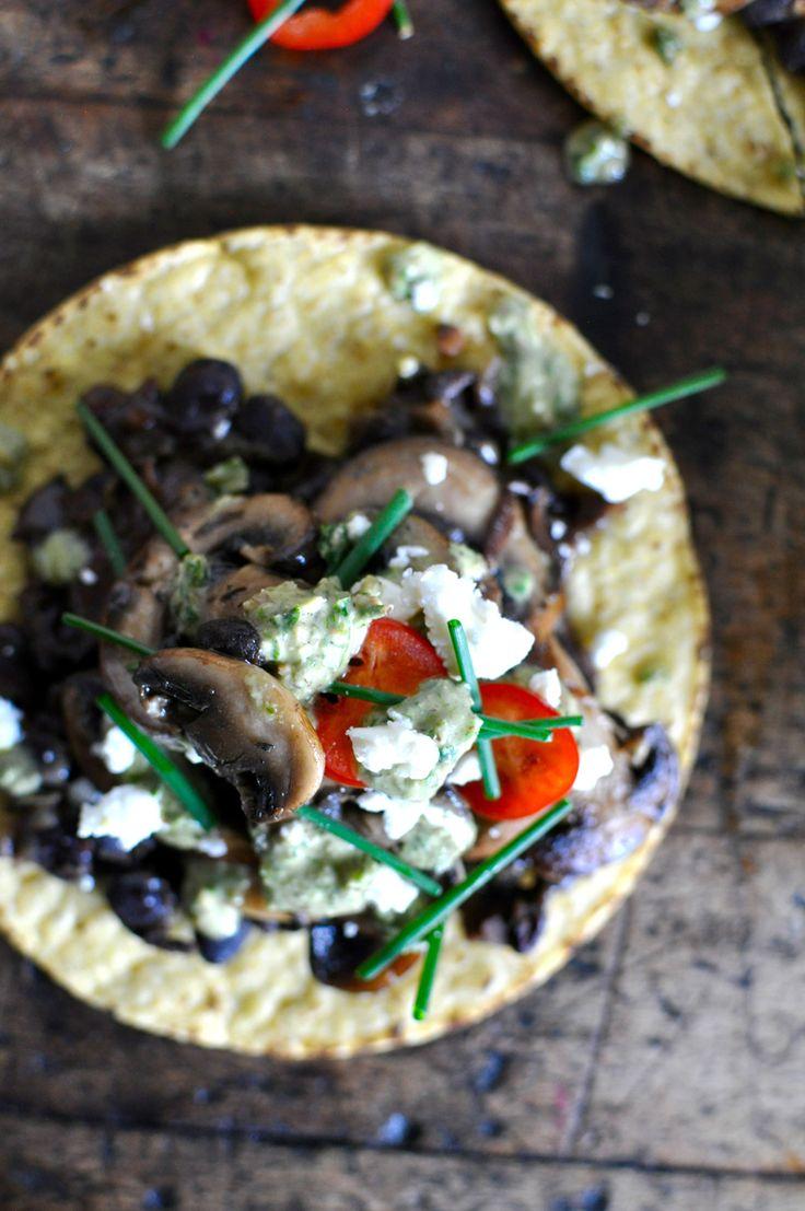 Mixed Mushroom Tostadas mit Verkohlte Scallion Pesto und schwarzen Bohnen Rezept von @holajalepeno auf www.beardandbonnet.com