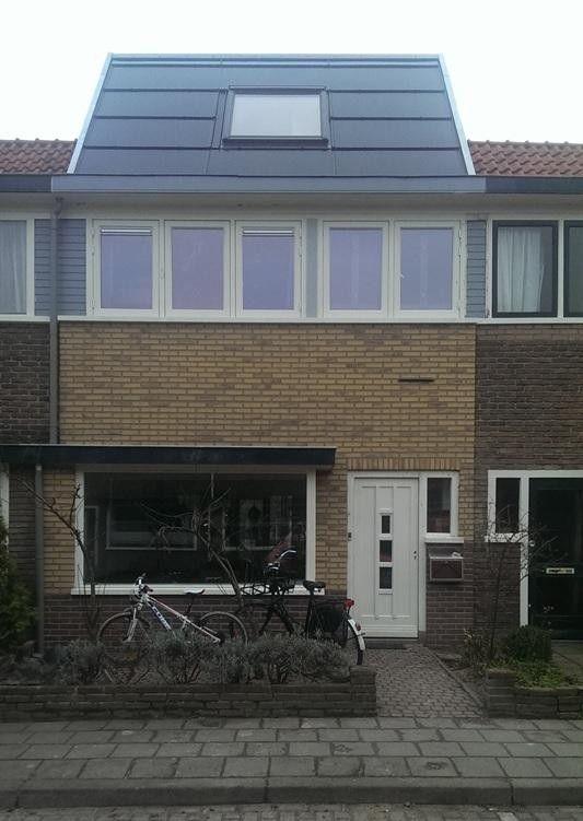 Jaren 30-woning op esthetische wijze verduurzaamd met PV-panelen en VELUX dakramen - In het Soesterkwartier in Amersfoort is een karakteristieke jaren 30-woning energieneutraal gerenoveerd. In het dak zijn PV-panelen geïntegreerd in combinatie met een VELUX dakraam.