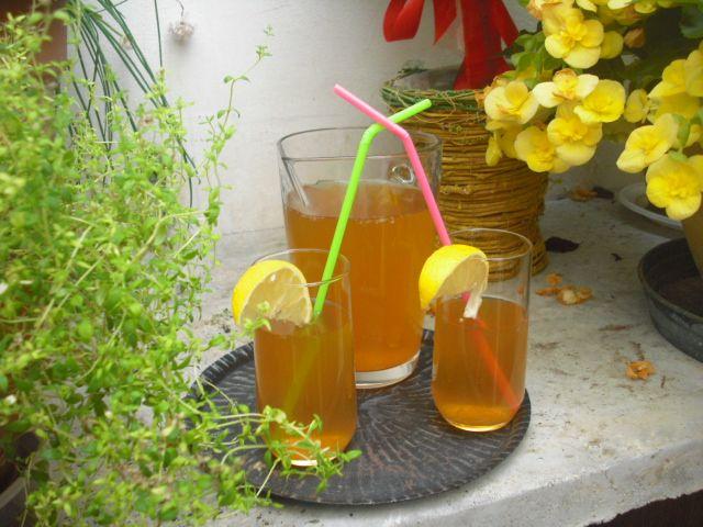 Nelle calde giornate estive dissetiamo con dell'ottimo the al limone fatto in casa, senza aromi, coloranti e conservanti.