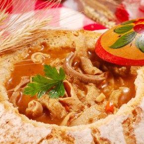 Фирменными блюдами польской кухни являются превосходные по вкусу и отменного качества колбасные изделия и копчености, а также сладости и десерты, в особенности мучные. Бигос, вареники с капустой и грибами, либо мясом, голубцы, суп на мучной закваске «журек», и говяжьи зразы - это блюда, которые обязательно надо попробовать…
