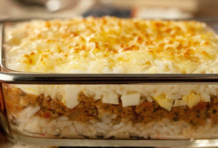 Fica delicioso este arroz de forno com carne moída e queijo. É bem fácil de ser preparado e vale a pena experimentar. Uma combinação ótima. Confira a receita!