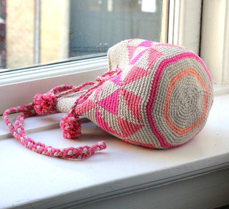 Uuh, når sollyset brager ind ad vinduerne, kommer man da i ægte forårs- og sommerhumør – jeg gør i hvert fald, og det har udmøntet sig i den første af flere små sjove hæklede tasker. Mange foretrækker at hækle frem for at strikke, og det giver da også mange andre muligheder – f.eks. at hækle i facon. Tasken hækles ud…