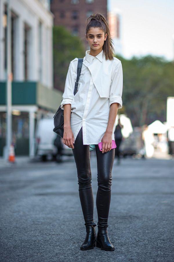 Simpel und cool: Dieses Model trägt abseits der Schauen der New York Fashion Week eine schicke Lederhose mit Leder-Boots, einer weißen Bluse und dem hohen