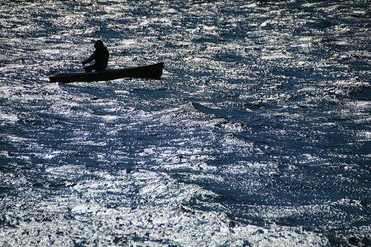 箱根芦ノ湖の早朝釣り人