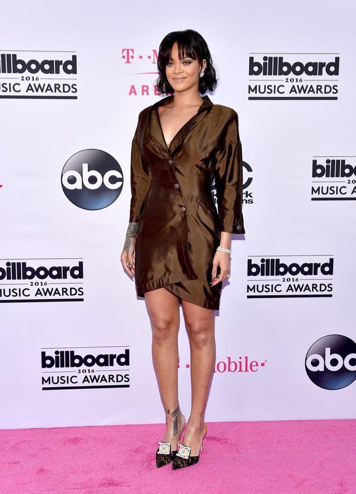 Rihanna sort dans une mini robe vintage Thierry Mugler avec des manches longues