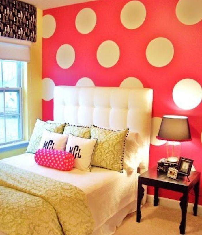 Camera da letto con parete a pois