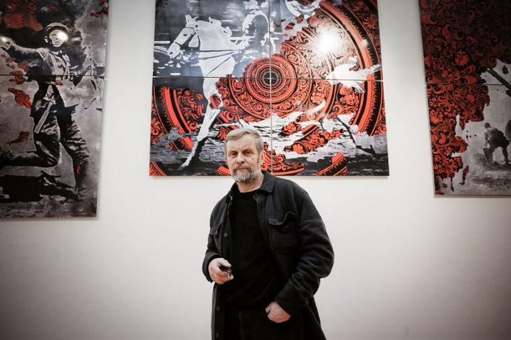 Борис Орлов на фоне своих картин.