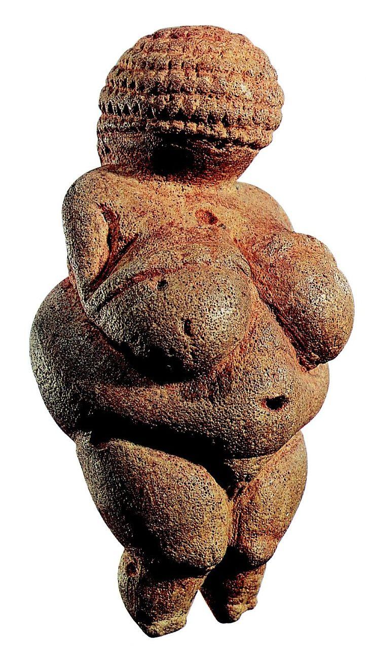 El culto lunar en la prehistoria es asociado a lo femenino. Siendo las venus deidades de la fertilidad.
