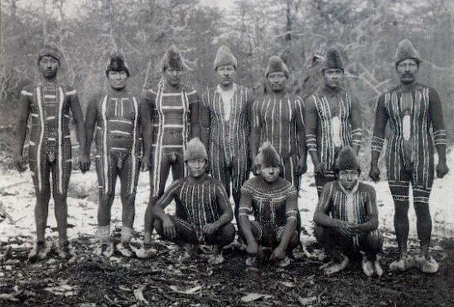パタゴニアに19世紀まで存在していた裸の民族「ヤーガン族 (Yaghan people)」(別名: ヤマナ族) 「寒いから服を着る」ではなく「寒いから服を着ない」という選択を取り、動物の油で作ったグリースを全身に塗ることで寒さをしのぎました その異様な風貌は、19世紀にこの地に降り立ったフェルディナンド・マゼラン、チャールズ・ダーウィン、ジェームズ・クックらを驚嘆させ、ダーウィンは「彼らが同じ世界に住む仲間であるとはほとんど信じられない」と書き残しています 裸で生活してきた永い年月によって彼らの代謝は現代人からは想像できないほどのレベルに達し、極寒の中でも高い体温を維持することを可能にしていました。体の表面積を少なくするために、彼らの生活の基本的な姿勢は屈んだ状態だったと伝えられています。