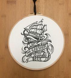 Je suis le capitaine de mon âme ~ broderie dart de hoop La dernière ligne du poème de William Ernest Henley « Invictus » dans un style nautique tatouage
