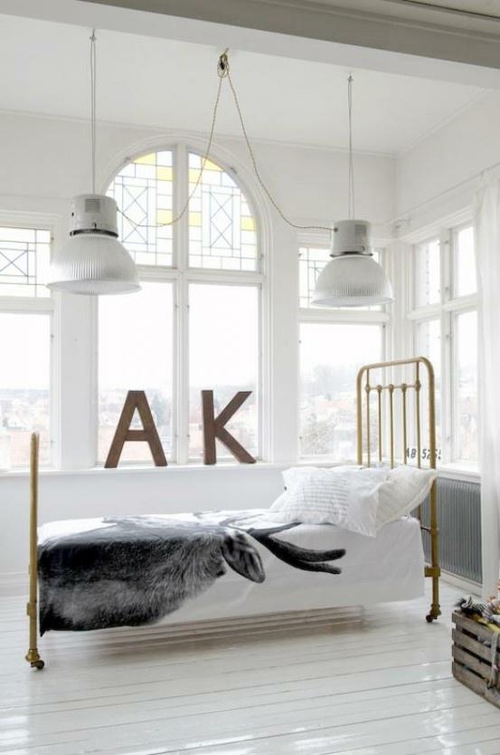 Stoere industrielampen en ijzeren letters op de slaapkamer! Kijk voor umieke oude lampen en ijzeren letters bij www.old-basics.nl