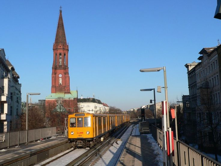 Wagen 664 vom Typ A3L hier vor der Emmaus-Kirche am Lausitzer Platz. U-Bahnhof Görlitzer Straße, 16.3.2013