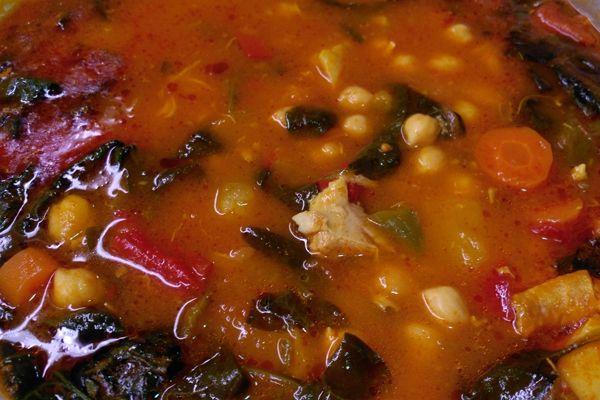 Carnicería y comidas caseras Antonio - Potaje de garbanzos con espinacas. Especialistas en cocidos caseros. Caldo con garbanzos y espinacas con mucho sabor.