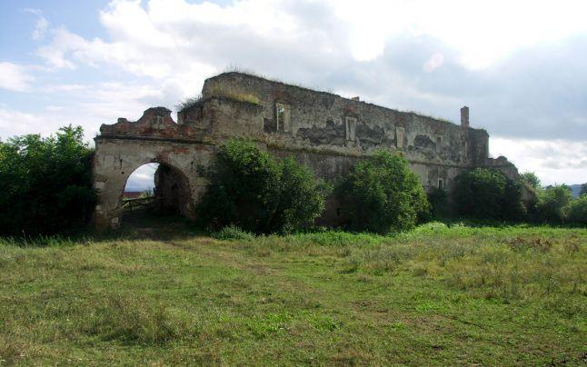 Pe teritoriul comunei Vinţu de Jos din judeţul Alba mai există ruinele unui castel celebru în urmă cu câteva sute de ani, construit de un guvernator al Transilvaniei, de Gheorghe Martinuzzi. În jurul castelului există numeroase legende. Una dintre acestea se referă la o comoară descoperită de pescari în apele Streiului. Alta povesteşte cum îşi omora iubiţii împărăteasa Maria Tereza.
