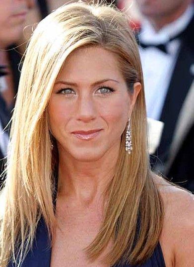 Pour une soirée glamour, Jennifer Aniston a choisi de lisser ses longs cheveux et de les laisser descendre sur ses épaules. Pour dégager son...