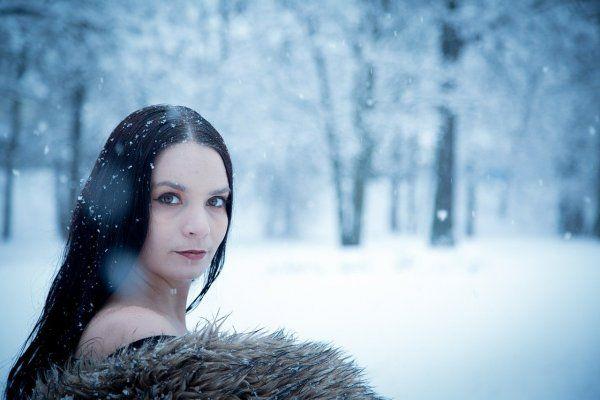 Férfiak helyett nők   Egy téli oroszországi utamon a zimankó ellenére annyi fekete nejlonharisnyás, tűsarkús, miniszoknyás, a magyar ízlésnek meglehetősen túlöltözött, túlsminkelt nőt láttam, hogy utamat megörökítő fotóim között feltétlenül szenteltem néhány kattintást is a felcicomázott hölgyeményeknek, mivel...