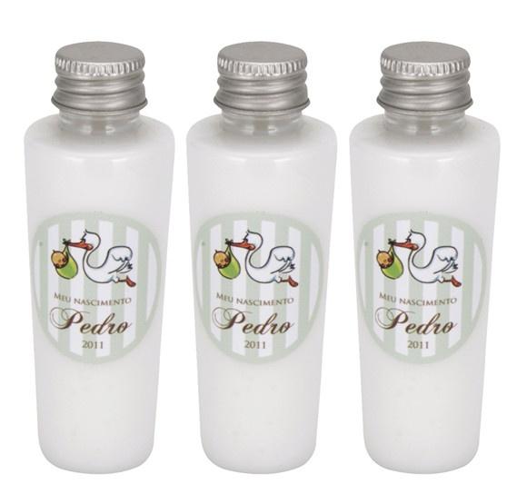 Garrafinha com hidratante (60ml) com rótulo à prova d'água personalizado    Pedido mínimo: 50 unidades    Cremes disponíveis:  - cheirinho de bebê  - aveia  - canela e avelã  - óleo de amendôas  - manteiga de karité  - erva doce e camomila    Criamos kits de lembrancinhas: hidratante, shampoo, condicionador, sabonete líquido, essências etc. Consulte através do email fernanda@armariodamargot.com.br    O prazo de entrega será calculado de acordo com a quantidade do pedido. R$5,40