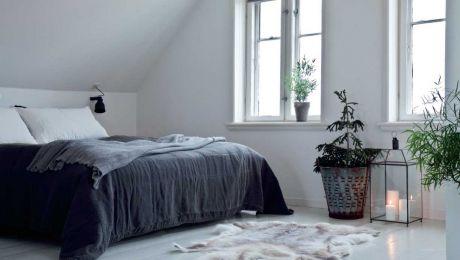 Det kræver lidt ekstra oprydning, når stue og soveværelse hænger sammen. Til gengæld slipper der masser af lys ind, fordi der er vinduer til alle sider. Signe har redt op med puder og sengetæppe fra Society og har lagt en ulden plaid fra Aiayu over. Et rensdyrskind luner under fødderne |