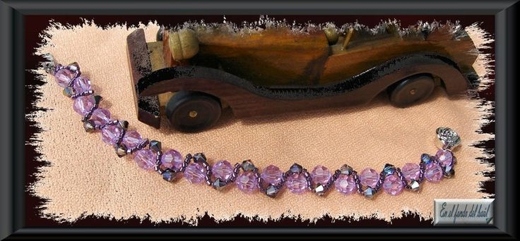 Pulsera Amethyst - Tupis y bolas de cristal Swarovski en dos tonos , con delicas Miyuki del mismo color y cierre de seguridad con forma de rosa.