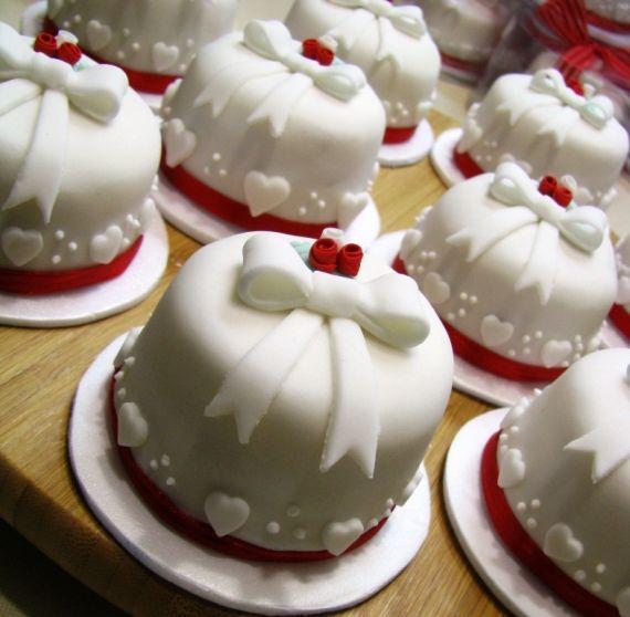Se você também fica fascinada com os minibolos que enfeitam as mesas das festas de aniversário e casamentos - muitas vezes são usados até como lembranças -, saiba que os minibolos, além de deliciosos, são fáceis de fazer. Por isso, Nelson Pantano, ca - Veja mais em: http://www.vilamulher.com.br/receitas/doces/prepare-lindos-minibolos-de-brownie-18885.html?pinterest-destaque