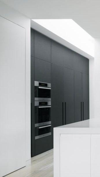 Zwarte kasten icm witte keuken // MH Residence by MIM Design.