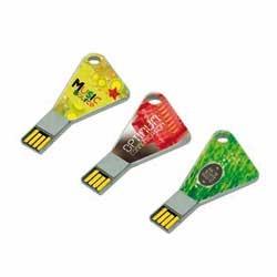 Memorias USB triangulares personalizadas. Disponible en varios tamaños de almacenamiento.