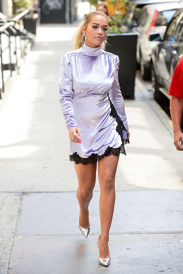 Рита Ора в бархатном платье Alessandra Rich