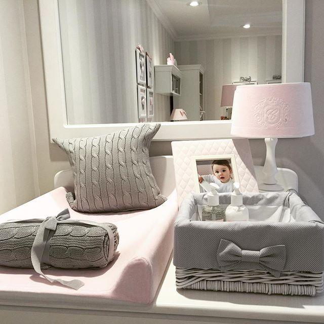 Taki kącik do przewijania u nas w salonie proponujemy. ☺️ Na zdjęciu kilka nowości koszyk z szarym obszyciem, nowe kocyki dzianinowe i poduszki. A jakie kolory u Was dominują? #instababy #room #design #by #caramella #grey #light #pink #in #nursery #world #we #love #it