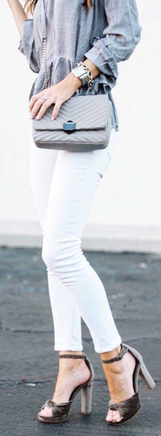 Os sapatos de veludo são o mais novo vício do universo da moda. Entre botas e scarpins, estão também as sandálias delicadas e super femininas, muitas delas com amarrações de fitas e laços. A cara da mulher romântica e do Outono-Inverno 2017, que já vai chegar. O bacana é que, para cidades muito quentes, dá para fazer o estilão inverno com as sandálias de veludo, sem passar calor. Os modelos já estão nas lojas do Brasil e essa seleção que eu encontrei, é MARAVILHOSAAA - http: