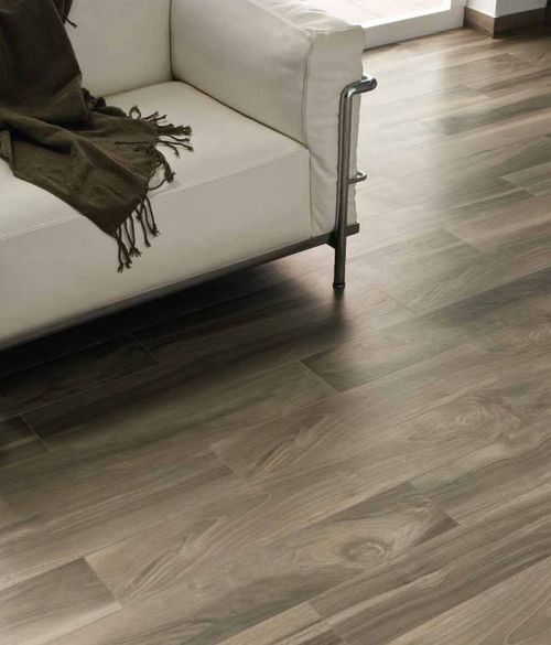 piso de porcelanato que imita madeira, decoração sala, sofá branco