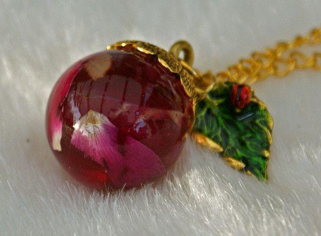 ♥♥♥ Diese Kette wird Dich verzaubern und sie soll Dir Glück bringen ♥♥♥  In liebevoller Handarbeit habe ich echte getrocknete Rosenblätter in glasklaren Kunstharz eingebettet und daraus wurde mit...