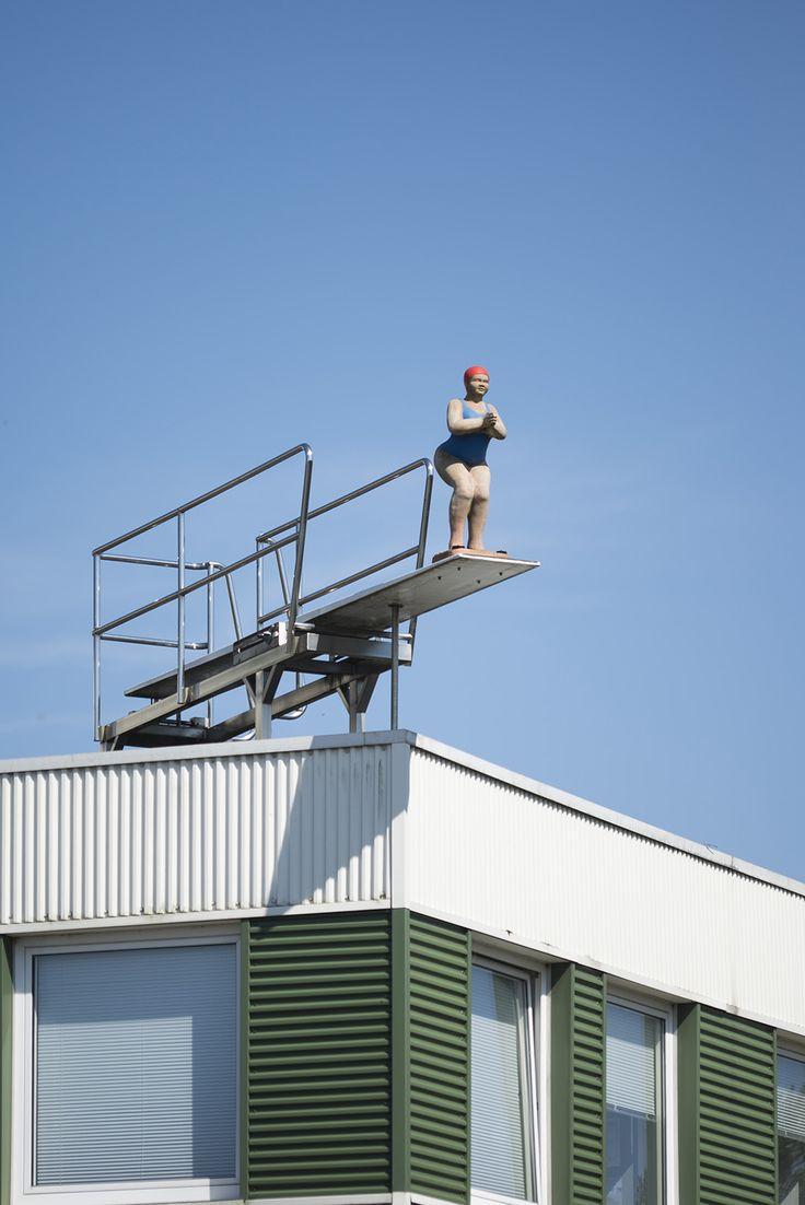 """#Schwentinental """"Kunst oder keine Kunst?"""" werden sich sicher schon viele Autofahrer im Ostseepark gefragt haben, wenn sie mitten im Gewerbegebiet auf dem Dach eines Gewerbebaus die Turmspringerin entdeckt haben."""